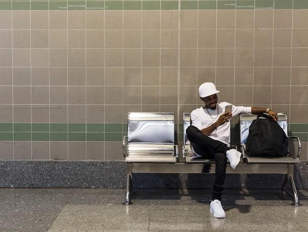 대기의 자에 앉아 아프리카 남자
