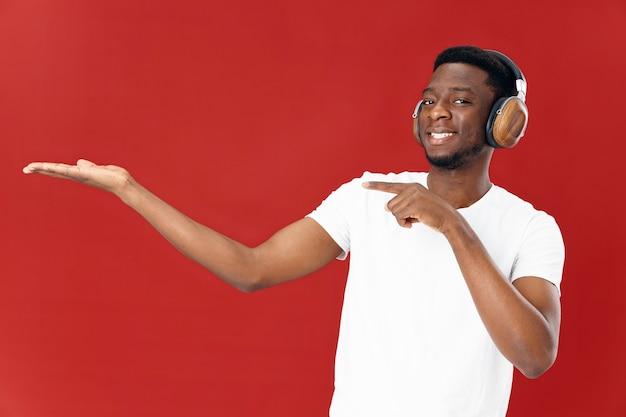 ヘッドフォンを着ているアフリカ人男性白いtシャツ音楽コピースペース