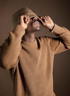 目を覆う帽子を持つアフリカ人