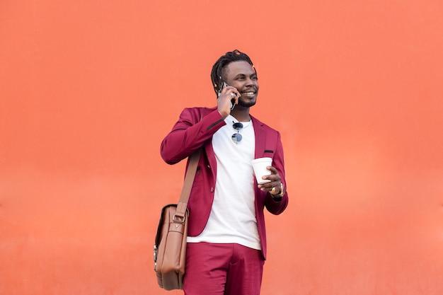 커피 미소와 전화 통화와 아프리카 남자