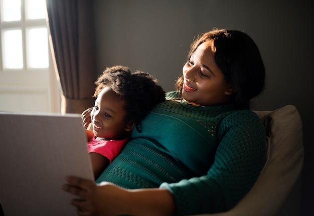 一緒に楽しい時間を過ごしているアフリカの母と娘