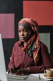 사무실에서 일하는 아프리카 이슬람 여성
