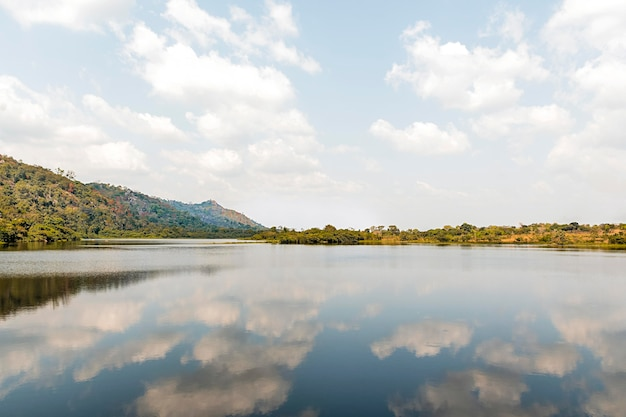 Вид на африканскую природу с озером и горами