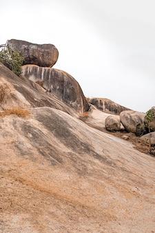 Vista della natura africana con rocce