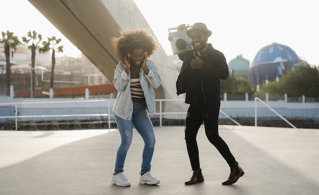 屋外で音楽を聴いて踊るアフリカの人々-男の顔にソフトフォーカス