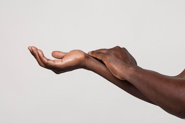 白で隔離の石鹸で手を洗うアフリカ人