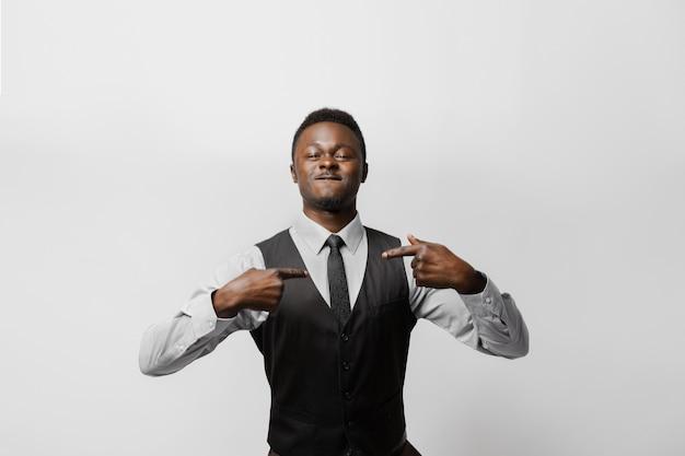 아프리카 사람은 온라인 베팅에서 이기기 때문에 자신을 가리킵니다. 미친 감정. 행복한 아프리카인이 상을 받았습니다. 가정 검역 개념에서 온라인 작업.