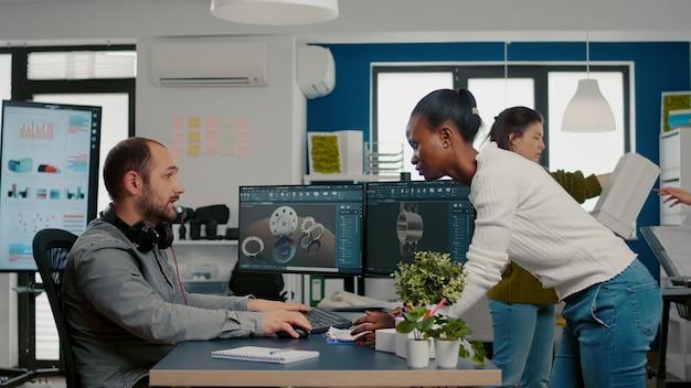 モータープロトを革新するためのアイデアについて話し合う技術者デザイナーに来るアフリカのプロジェクトマネージャー...