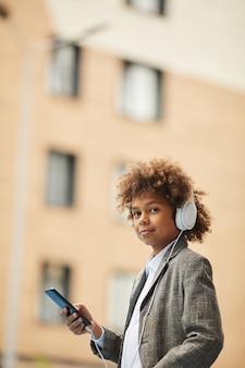 電話で話しているアフリカの少年