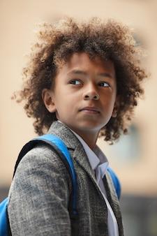 バックパックとアフリカの少年