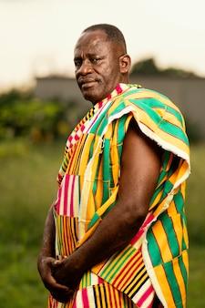 Uomo anziano africano con abiti tradizionali