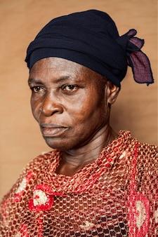 伝統的な服を着たアフリカの年配の女性