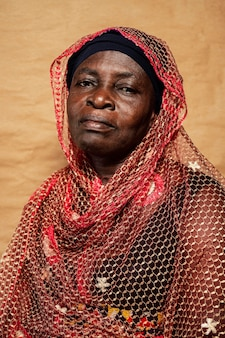 Senior donna africana con abiti tradizionali