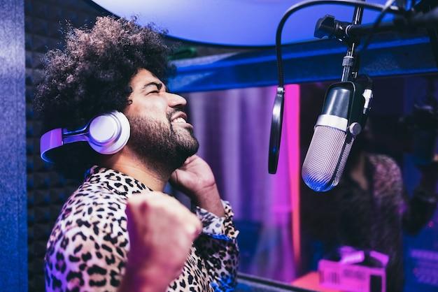 부티크 스튜디오에서 새 음악 앨범을 녹음하는 아프리카 가수-얼굴에 중점을 둡니다.