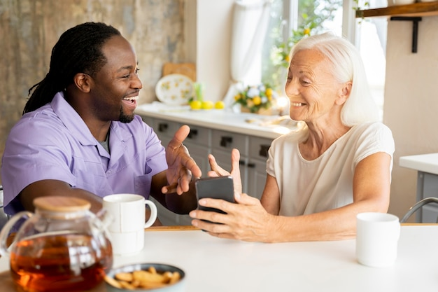 노인 여성을 돕는 아프리카 사회 복지사