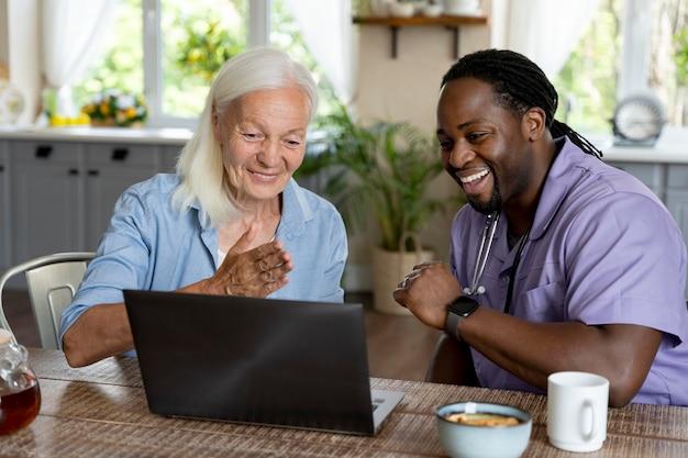 노인 여성을 돌보는 아프리카 사회 복지사