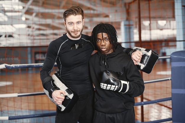 アフリカのスポーティーな男ボクシング。混血トレーニング。