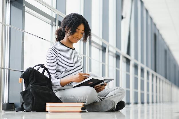 大学の廊下でアフリカの学生の女の子。専門教育を受ける。