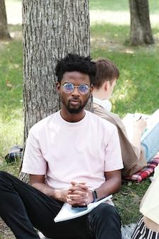 公園に座っているアフリカの学生