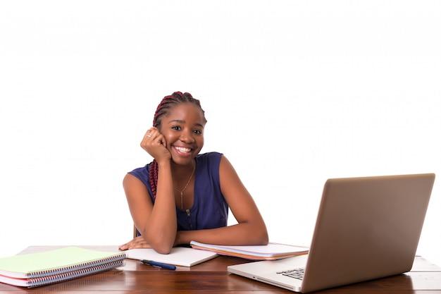 Африканский студент работает с ноутбуком