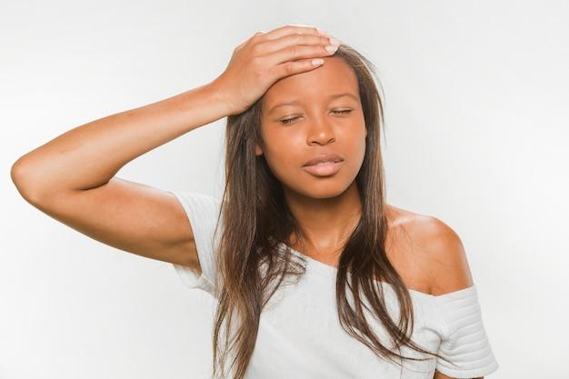두통에서 고통을 아프리카 십 대 소녀
