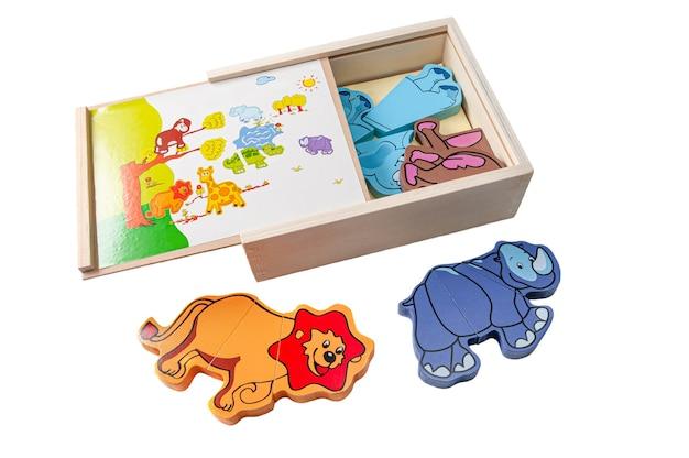 アフリカの野生動物の磁気パズル。ボックスにはセットが含まれています。教育玩具モンテッソーリ。白色の背景。閉じる。