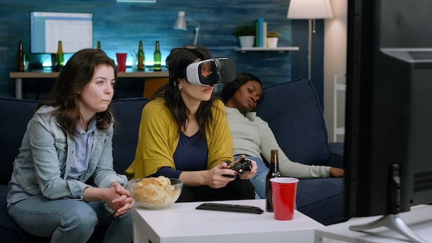 Африканская женщина испытывает виртуальную реальность, играя в видеоигры с гарнитурой vr