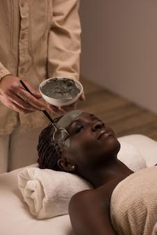 粘土顔マスクを持つアフリカの女性