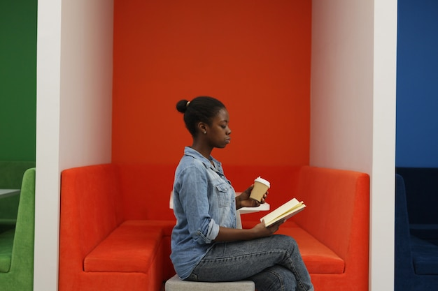 本を読んでアフリカの女性