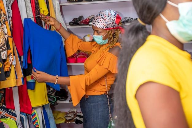 地元のブティックで買い物をするアフリカの女性