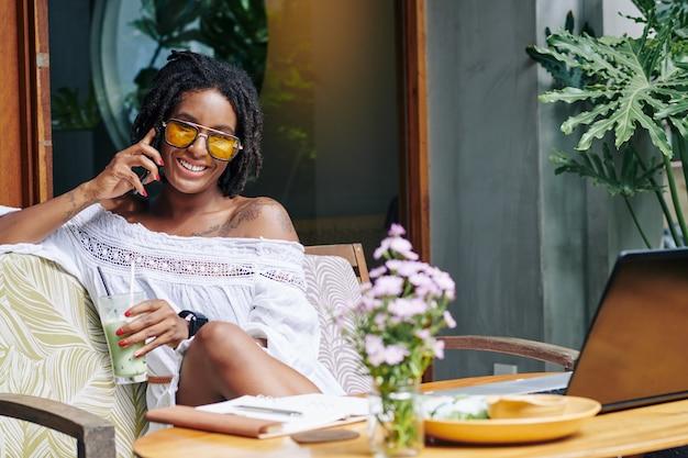 Африканская женщина разговаривает по телефону