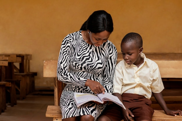 クラスで子供たちを教えるアフリカの女性