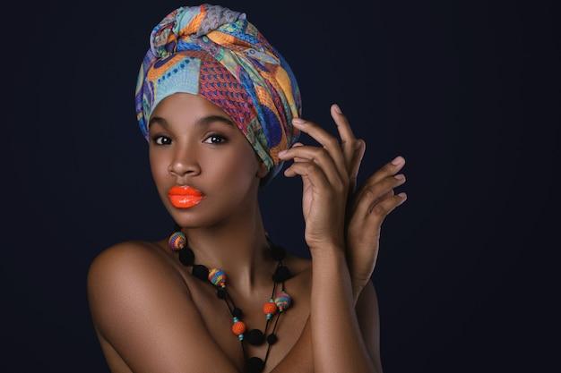 彼女の頭にカラフルなショールを持つアフリカの女性