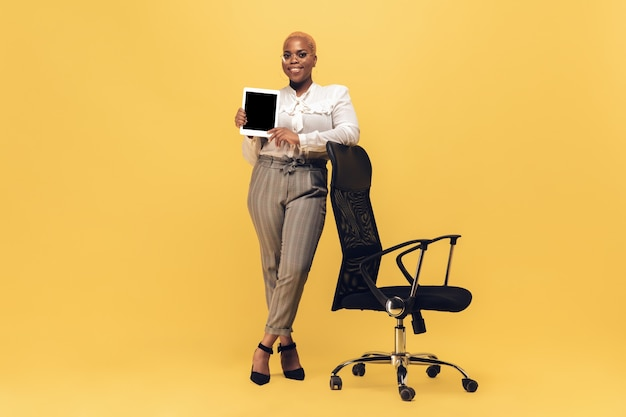 Donna africana sul muro giallo, copyspace