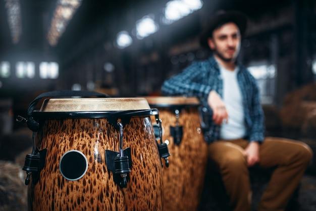 アフリカの木製ドラム、クローズアップ、男性ドラマー