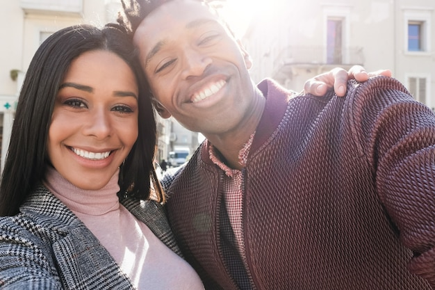 도시에서 야외 셀카를 즐기는 아프리카 젊은 부부 - 여자 얼굴에 초점