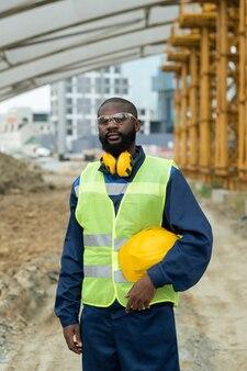 건설 현장에 제복을 입은 아프리카 젊은 남성 빌더