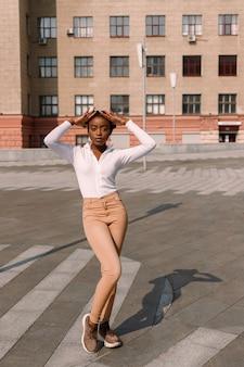 도시에서 포즈를 취하는 아프리카 젊은 여자