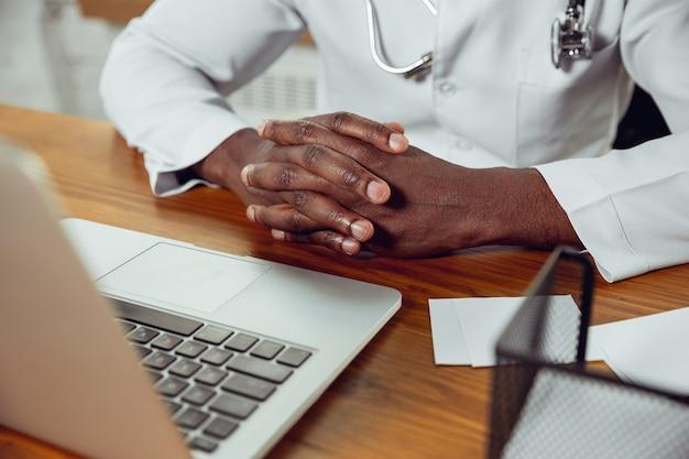 Consulenza medica afroamericana per il paziente che lavora nell'armadio da vicino