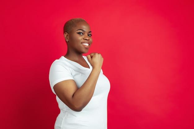 빨간색 배경에 아프리카계 미국인 젊은 여자 초상화