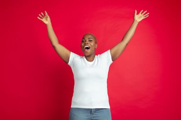 赤い背景の上のアフリカ系アメリカ人の若い女性の肖像画