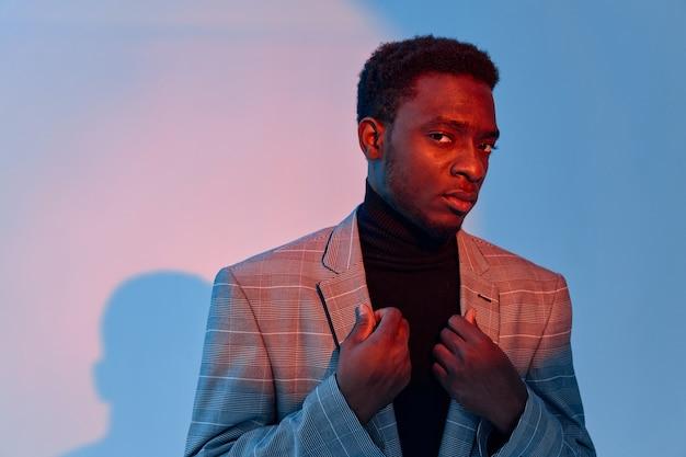 ジャケットの自信のクローズアップスタジオでアフリカ風の男