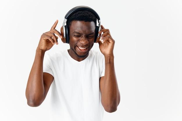 ヘッドフォン技術音楽愛好家を身に着けているアフリカ風の男