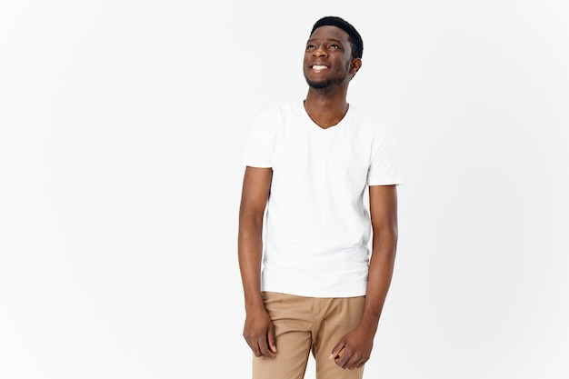明るい背景のコピースペースモデルのアフリカーンス人男性白いtシャツ