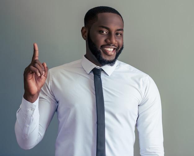 白の古典的なシャツでアフロアメリカ人実業家