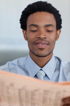 신문을 읽는 아프리카 계 미국 흑인 사업가