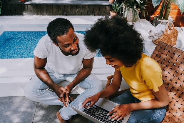 Афроамериканская пара дома в саду красивая черная пара проводит время вместе
