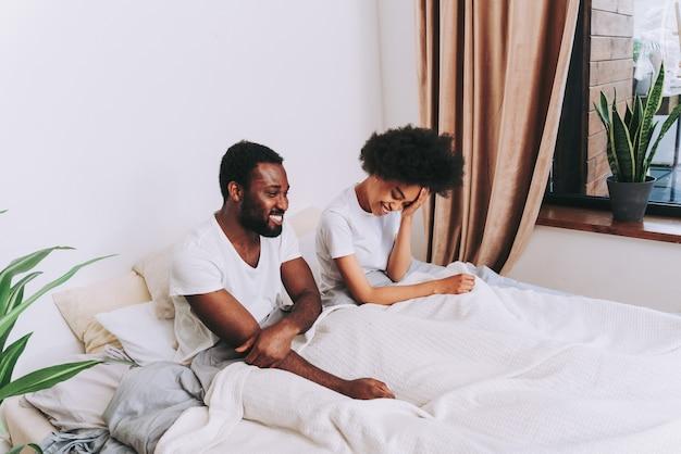 침대에서 아프리카계 미국인 부부 - 집에서 연인의 진짜 아름답고 쾌활한 쌍
