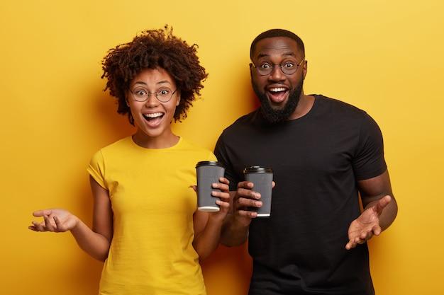 아프리카 계 미국인 여성과 남성 친구가 함께 만나 일회용 컵으로 커피를 마 십니다.