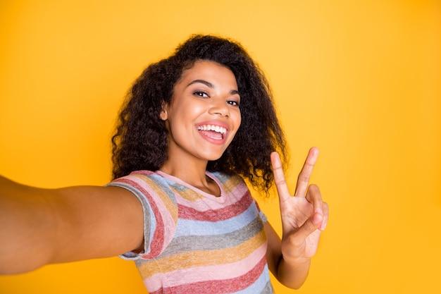 V 기호를 보여주는 selfie를 복용하는 아프리카 계 미국인 여자
